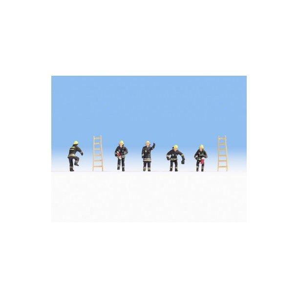 15021 NOCH Brændmænd i sort tøj. H0.