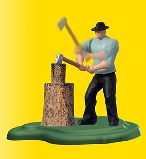 mand hugger brænde